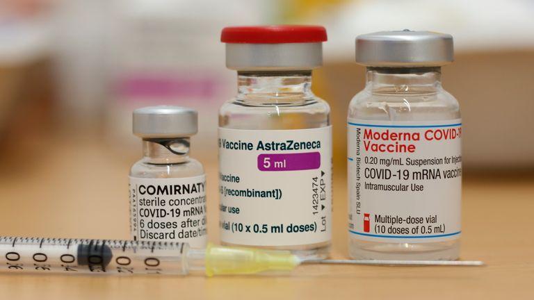 Wielka Brytania ma teraz trzy zatwierdzone szczepionki - firm Pfizer, AstraZeneca i Moderna.  Fot: AP