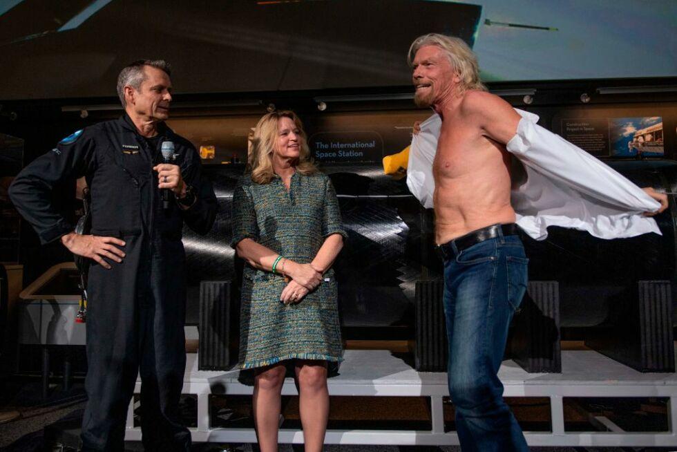 Sir Richard Branson zdejmuje koszulę i wkłada koszulę z napisem