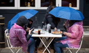 Mieszkańcy centrum Cardiff spędzają w poniedziałek święto państwowe, ponieważ spadły opady deszczu i spadła temperatura.