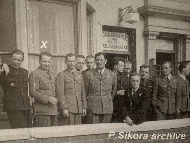 Czy ktoś rozpoznaje ten hotel?  Pełniący obowiązki dowódcy skrzydła Piotr Laguna i jego polscy koledzy przebywali w Blackpool w 1940 roku w nieznanym pensjonacie.  Uciekł z Polski i Francji, gdzie walczył z Niemcami przed dołączeniem do polskich dywizjonów RAF.