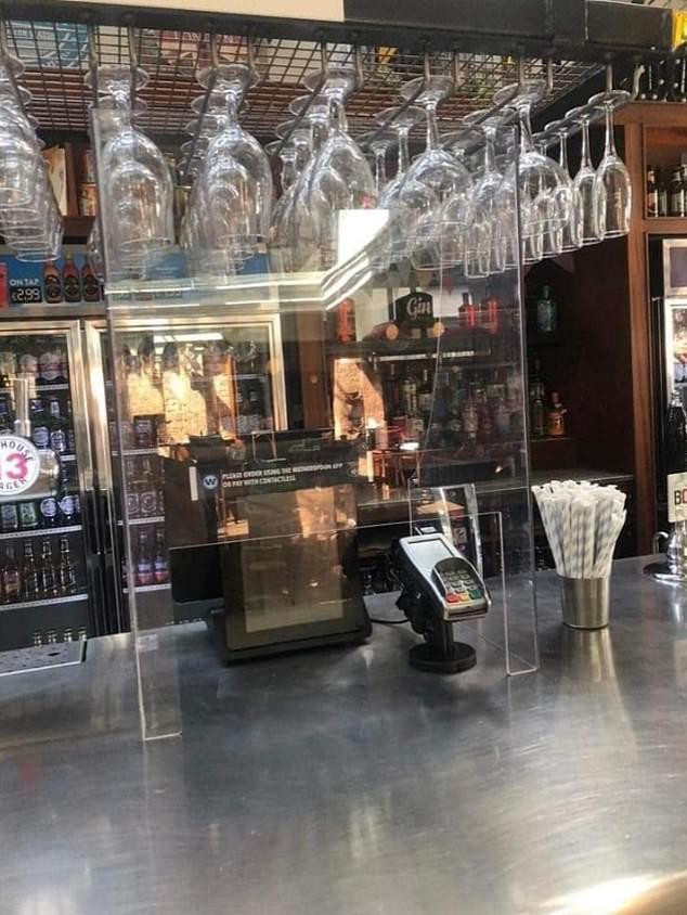 Ekrany ochronne pozostaną na miejscu między stołami i na serwerach barowych w miejscach JD Wetherspoon w dającej się przewidzieć przyszłości