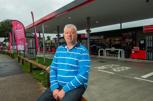 Darren przed swoim nowo wyremontowanym garażem w Bush Hill, jego pierwszym zakupem Ascony