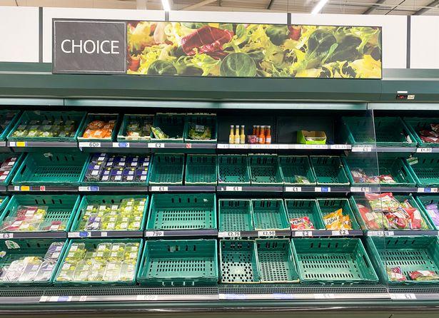 Puste półki na sałatki w Tesco w Greenfield w Glasgow.  Supermarket z pustymi półkami.  21 lipca 2021