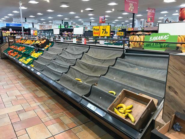 Gołe półki w supermarkecie Morrisons, Siddick, Kent