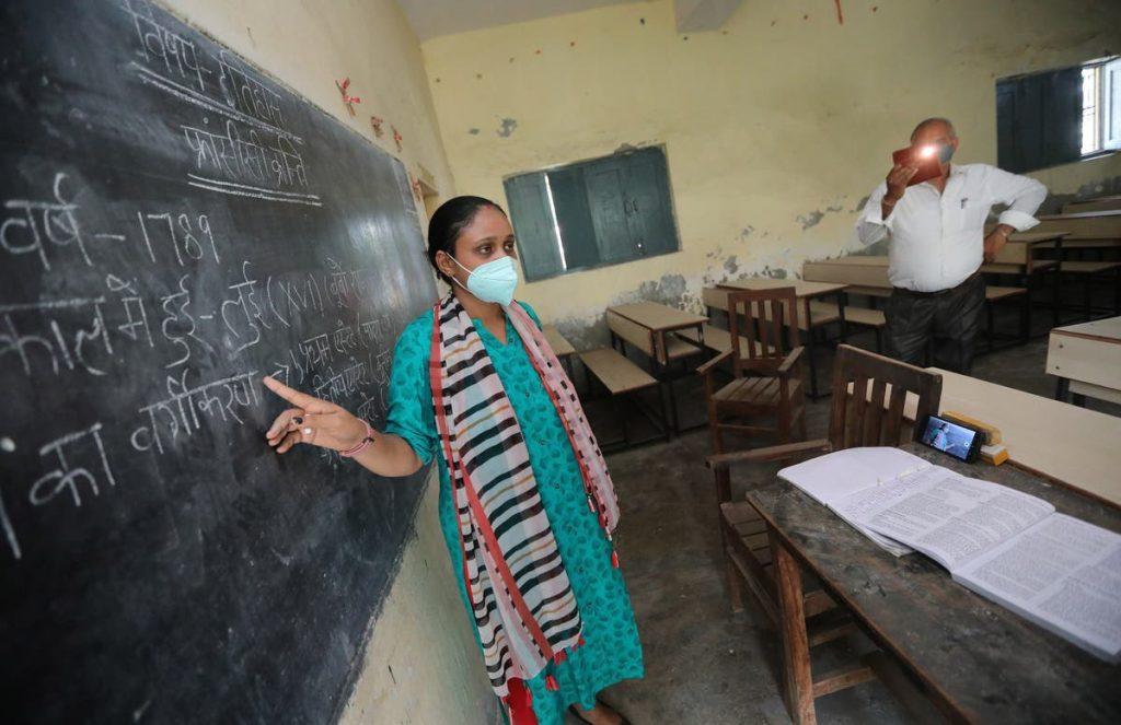 """Covid News Live: Nasilają się apele do Indii o ponowne otwarcie szkół jako """"porażka dla kraju na dziesięciolecia"""""""