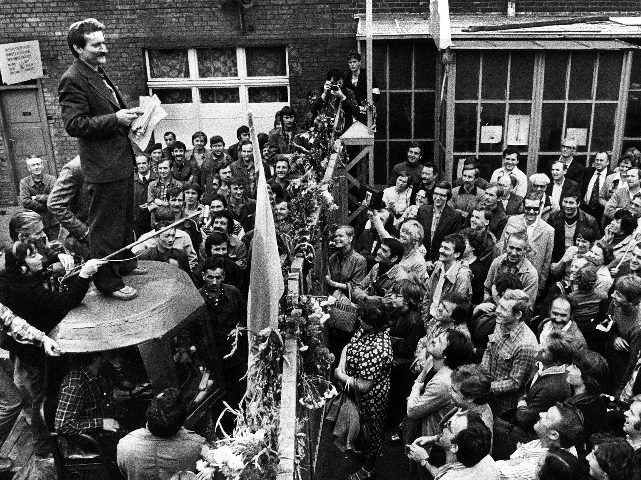 Były prezydent Polski i założyciel Solidarności Lech Wałęsa (z lewej) przemawia do robotników podczas strajku w stoczni w Gdańsku, 8 sierpnia 1980 (Reuters Photo)