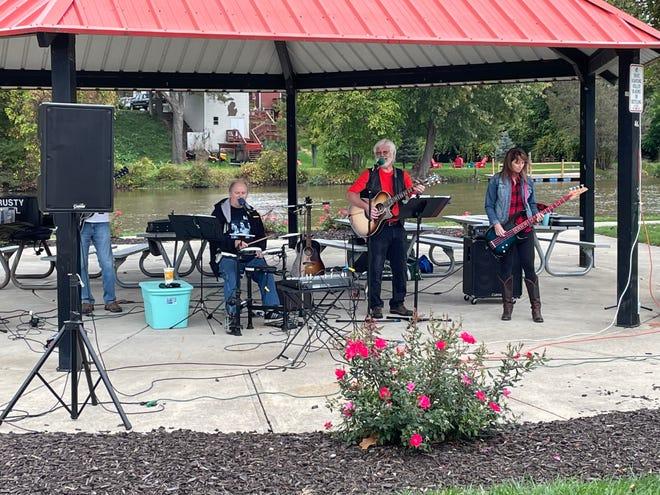 Lokalny zespół The Rusty Nail Band gościł uczestników we wtorkową noc Haunted Harvest Cruise Night, która odbyła się w Village of Dundee's Wolverine Park.  Zespół grał różne melodie z lat pięćdziesiątych i sześćdziesiątych.